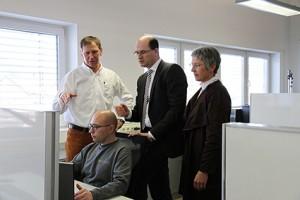 Fast internet: Helmut Graspointner, State Secretary Albert Füracker, Hannelore Spangler with programmer Christian Kerschensteiner
