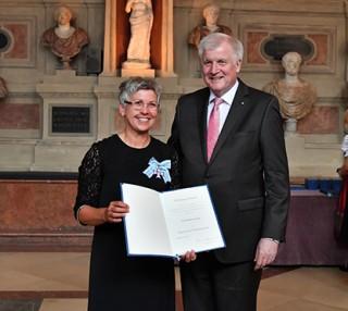 Klein-Hannelore Spangler gemeinsam mit Ministerpräsident Seehofer