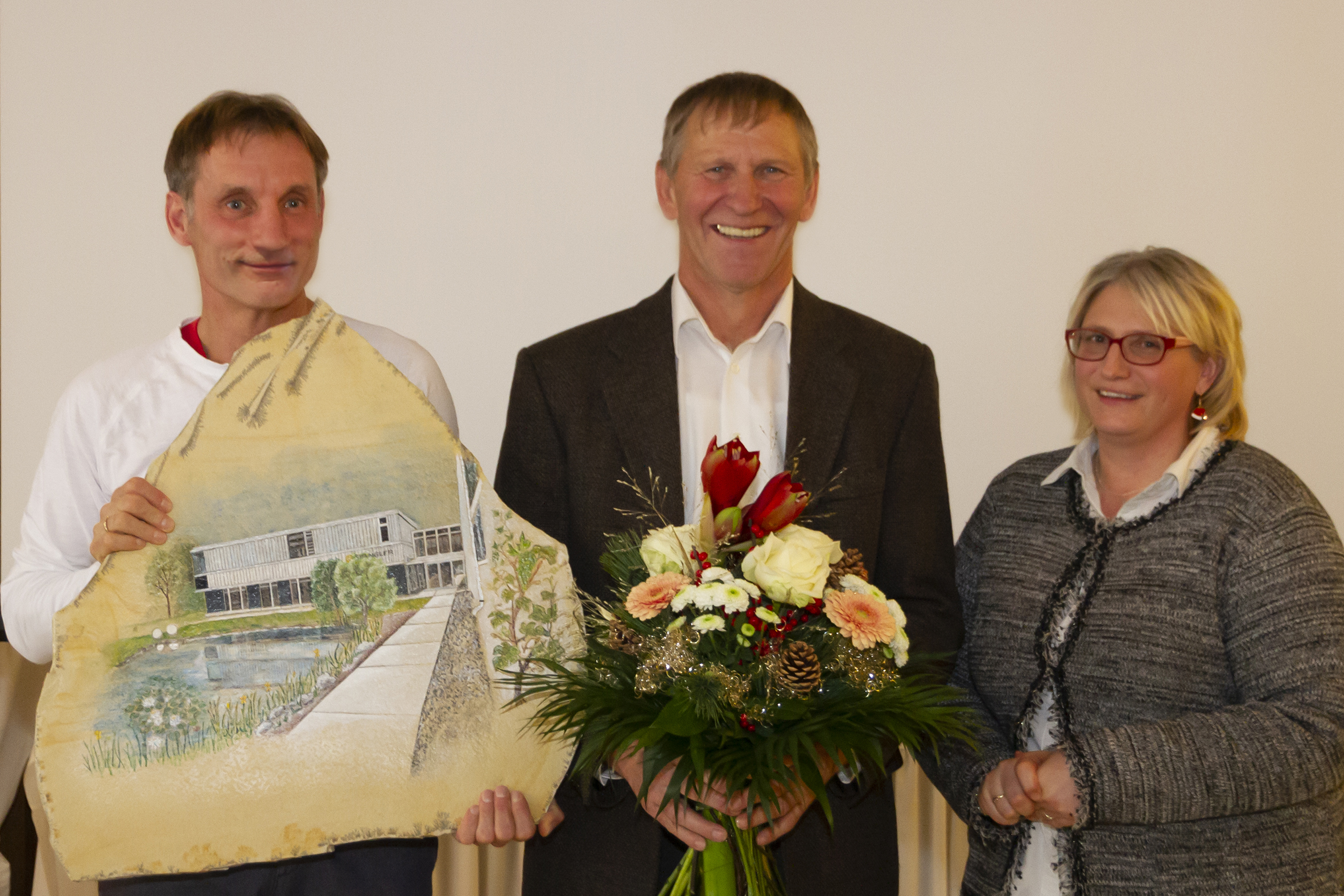 Long-term employees Martina Glas and Huber Rackl presented special gifts